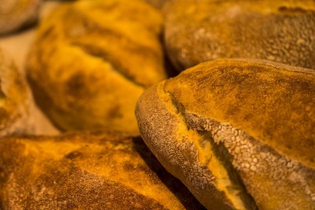 パンの塊。パンの塊。パン屋で焼きたてのパン。パンの塊の背景