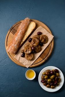 長いパン、イチジク、木の板の日付をパンします。