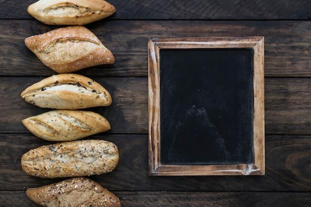 칠판 근처에 누워 빵