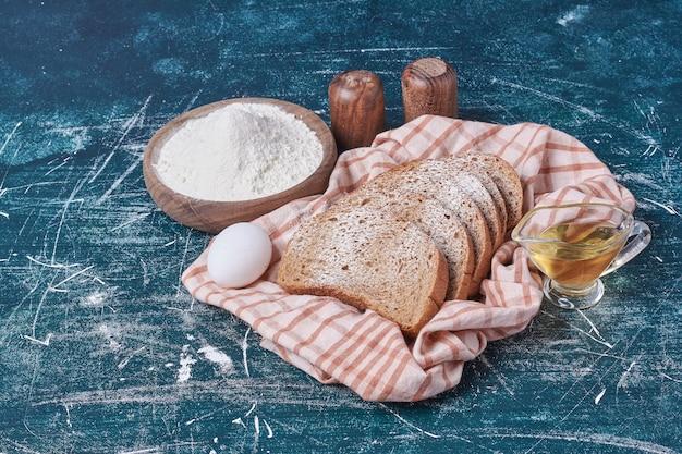 파란색 테이블에 다목적 밀가루로 만든 빵.