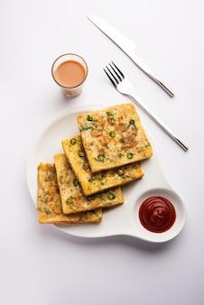 Хлебный омлет - это быстрый и легкий завтрак из индии. свежие ломтики хлеба обмакнуть в яичное тесто со специями и обжарить неглубоко. подается с томатным кетчупом и чаем