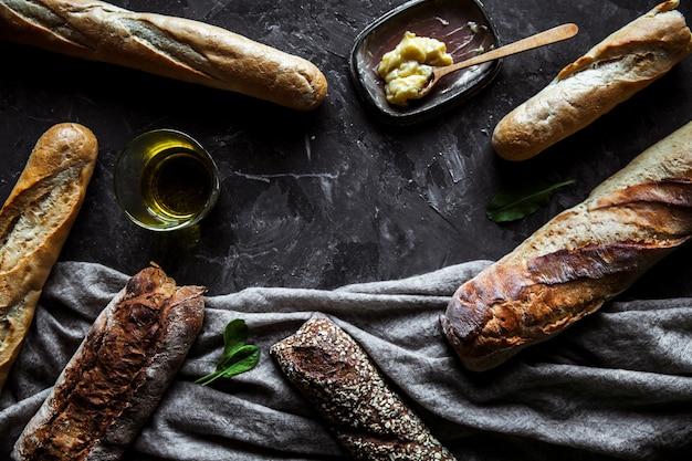 黒の背景にパン。材料を使った自家製ペストリー。