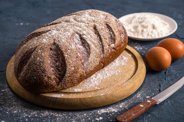 Хлеб на темном столе