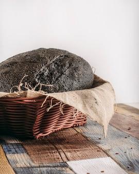 나무 배경에 빵