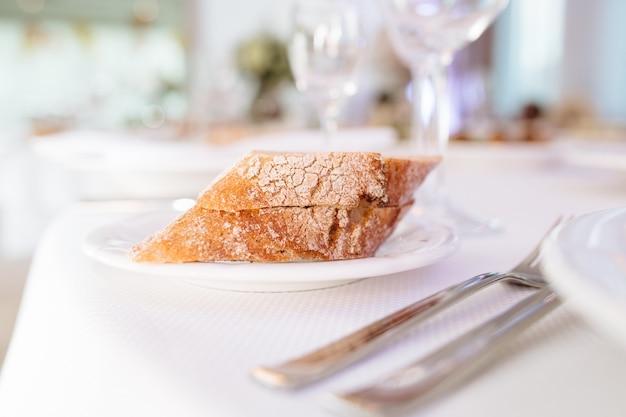 Хлеб на тарелке, крупным планом, ресторан