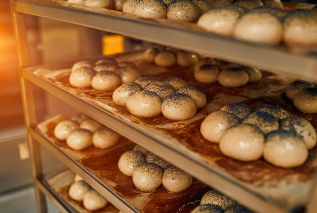 선반에있는 빵은 오븐에서 굽기 위해 준비 중입니다.