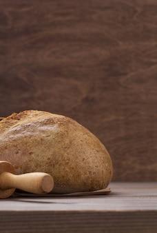 木製のテーブルの背景のテクスチャのパン