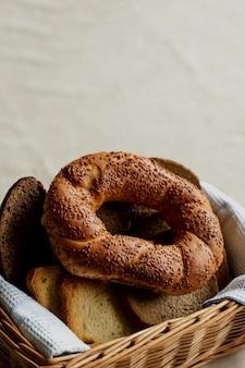 Хлебные изделия, симит булочки в плетеной корзине