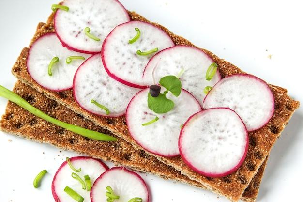 Булочки из хрустящего хлеба с измельченным редисом и зеленью сэндвич с овощами и базиликом