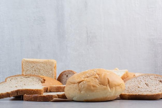 종이 시트에 참깨와 빵 조각과 롤빵