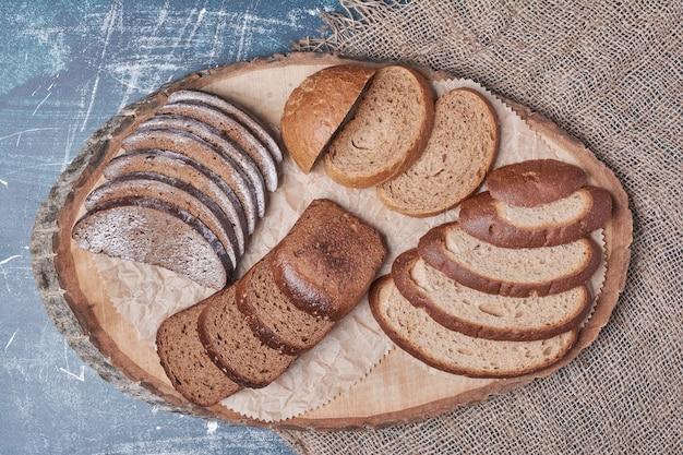 青いテーブルの上のパンのスライスの組み合わせ。