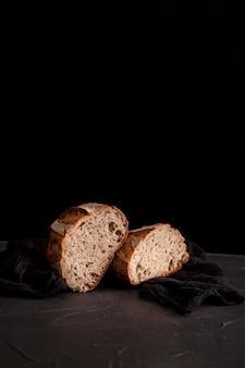 暗い背景上のパンのスライス