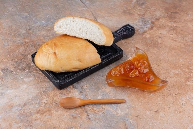 컵에 무화과 콩피튀르를 넣은 빵 조각