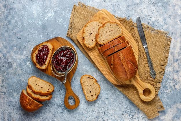 ラズベリージャム、簡単な健康的なスナック、トップビューでパンのスライス