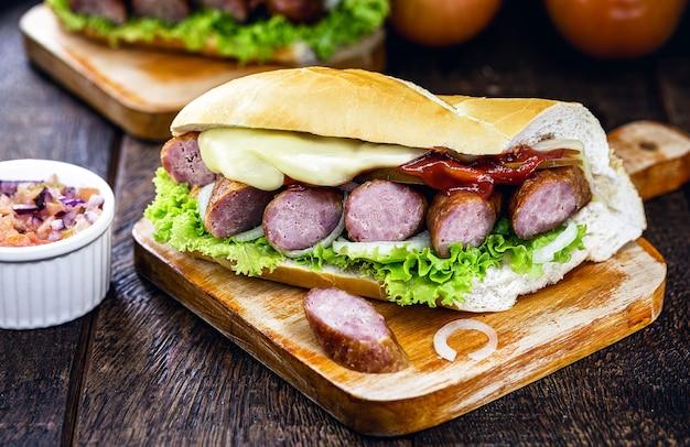 Хлебная закуска с копченой колбасой, плавленым сыром и приправленными овощами