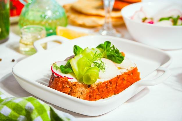 채소와 야채를 곁들인 빵 토스트