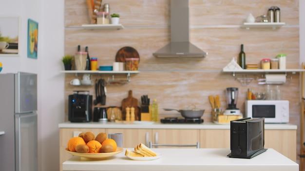 誰もいないキッチンのパントースター。モダンなキッチンコーヒーマシン。テクノロジーと家具、装飾と建築、快適な部屋を備えたモダンで居心地の良いインテリア