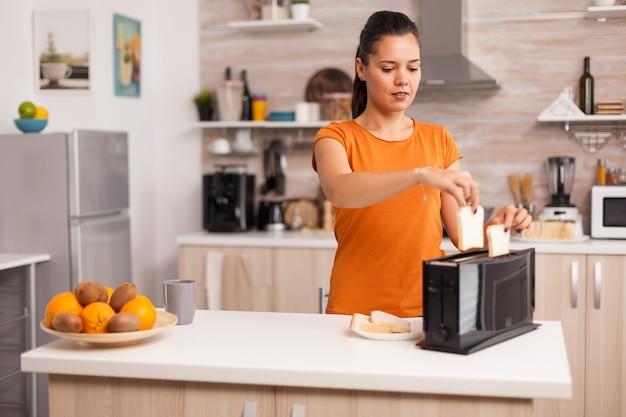 아무도없는 부엌에서 빵 토스터기. 현대 주방 커피 머신.