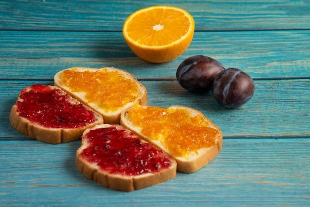 Хлебные гренки с апельсиново-сливовым конфитюром.