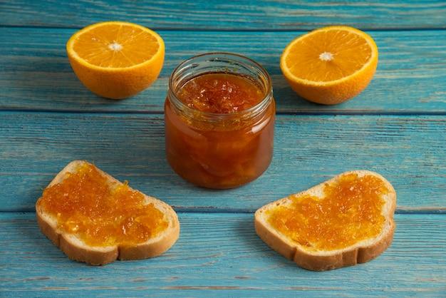 Хлебные гренки с апельсиновым конфитюром.