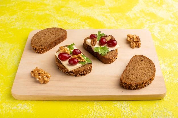 Хлебные гренки с сыром и грецкими орехами на желтом
