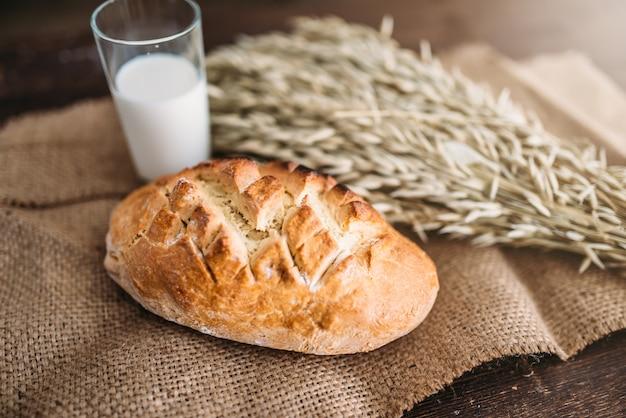 黄麻布のパン、小麦、牛乳のガラス