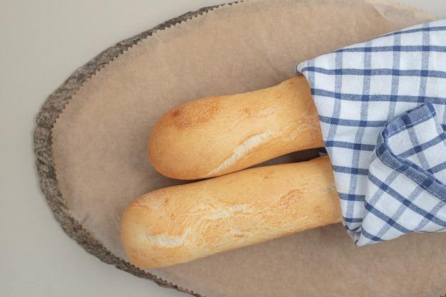 テーブルクロスで白パンのフランスパン。高品質の写真