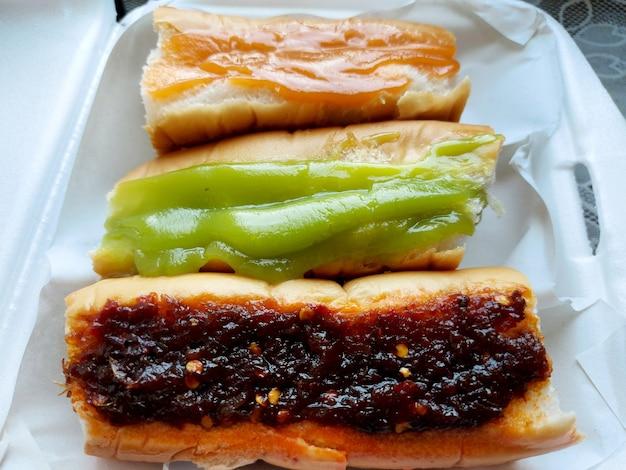 배달 주문을 위해 패키지에 칠리 페이스트 pandan 커스터드와 커스터드가 포함된 빵