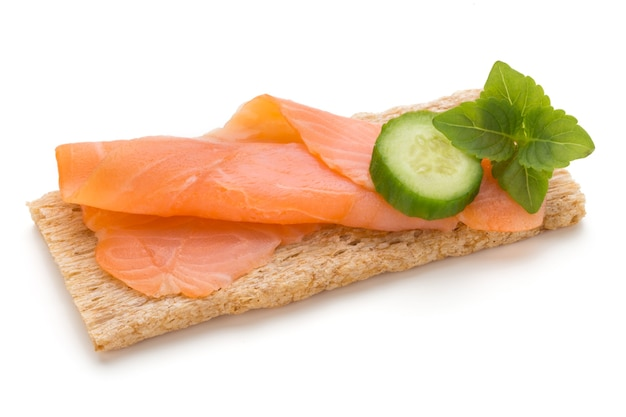 Хлеб со свежим филе лосося, изолированные на белом фоне, вид сверху.
