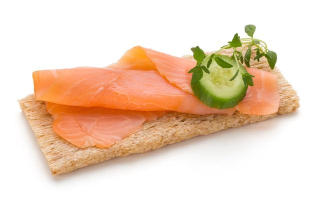 Хлеб со свежим филе лосося, изолированные на белом фоне