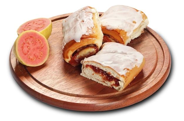 고립 된 구아바 크림 빵