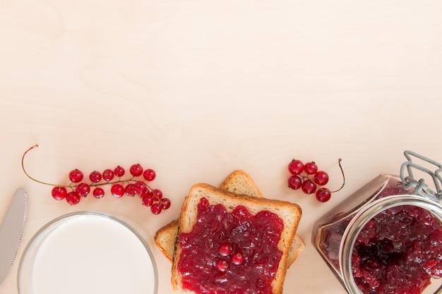 朝食、牛乳、壁用のジャム付きパン