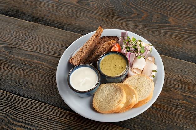 Хлеб с ростками свиного жира и соусами