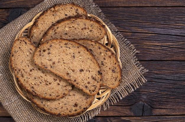 皿に種子とドライフルーツのパン