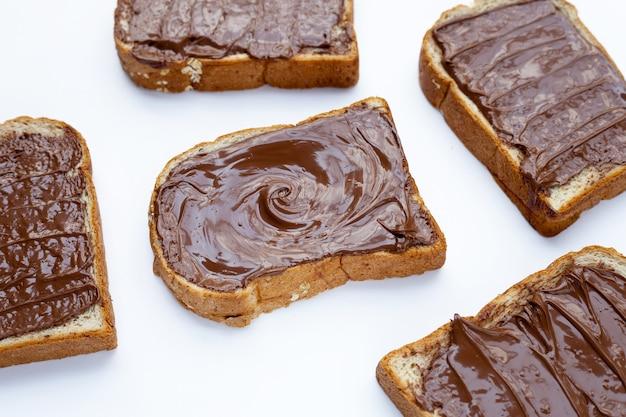 Хлеб со сладким шоколадным фундуком на белом фоне.