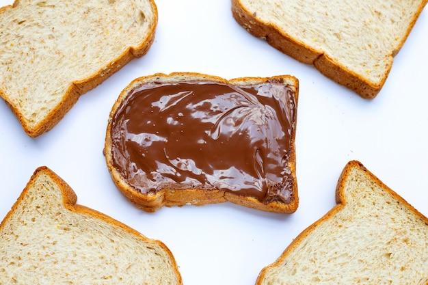 白い表面に甘いチョコレートヘーゼルナッツのパン