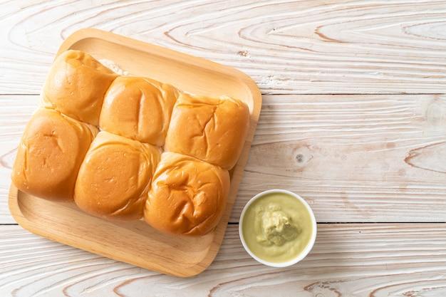 プレートにタイのパンダンカスタードとパン