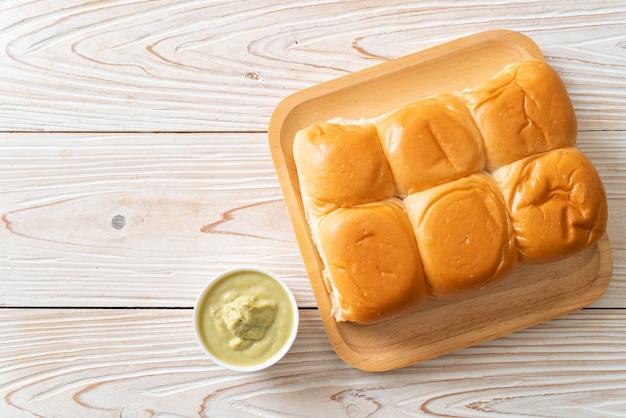 タイパンダンカスタードを皿に盛ったパン