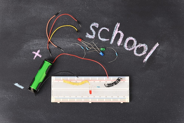 Макетная электрическая плата для начинающих и электрические детали.