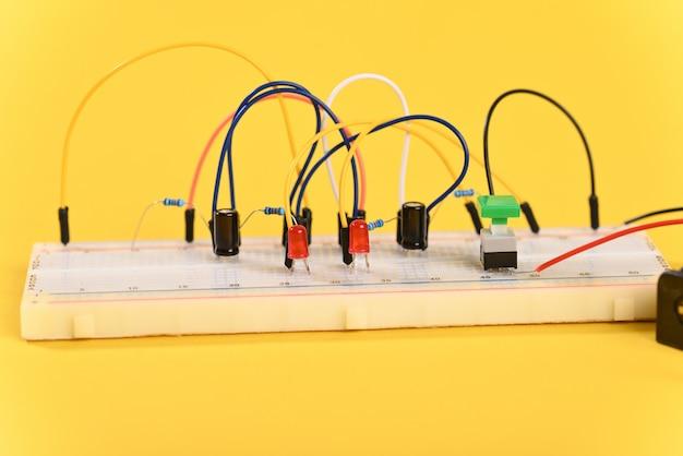 Макетная плата с электрическими элементами, схема мультивибратора