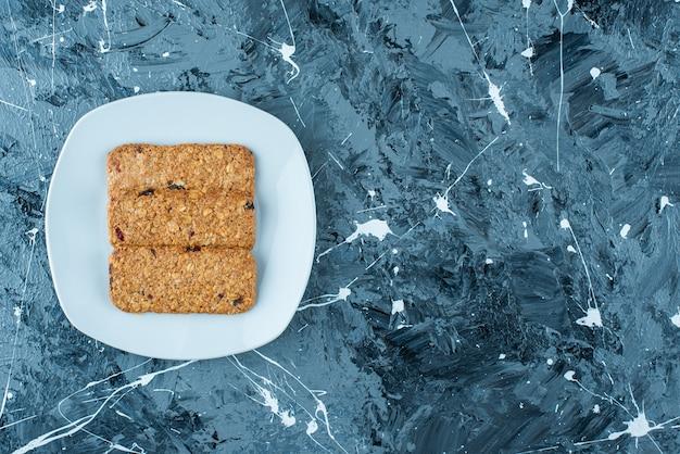 대리석 배경에 접시에 빵 부스러기.