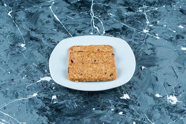 대리석 접시에 빵 부스러기.