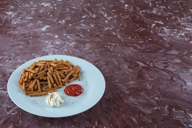 プレート、大理石のテーブルにソースが入ったパン粉。