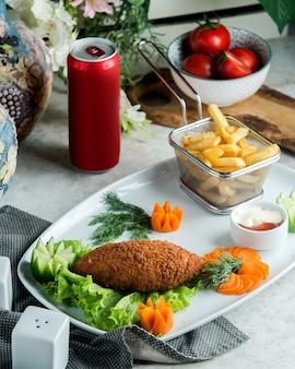 Impacco di pollo impanato servito con patatine fritte e carote