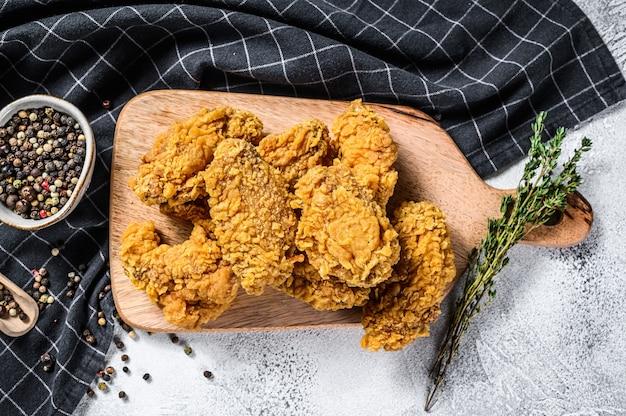 빵가루 입힌 바삭 바삭한 켄터키 닭 날개 튀김, 맛있는 저녁 식사
