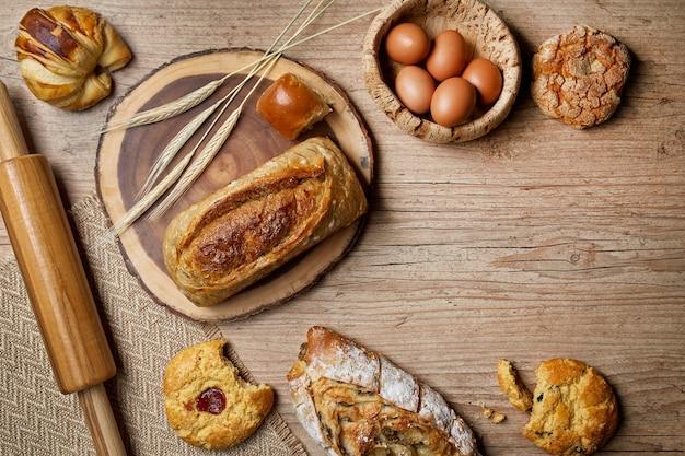 コピースペースと木製のテーブルの上のパン
