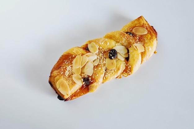 背景に金色の皮が付いたパン。 Premium写真
