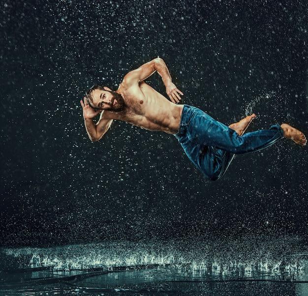 Брейк танцор в воде