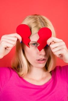 불행한 사랑 사랑 개념 빨간색 손에 깨진 종이 마음을 가진 관계의 단절 슬픈 여자