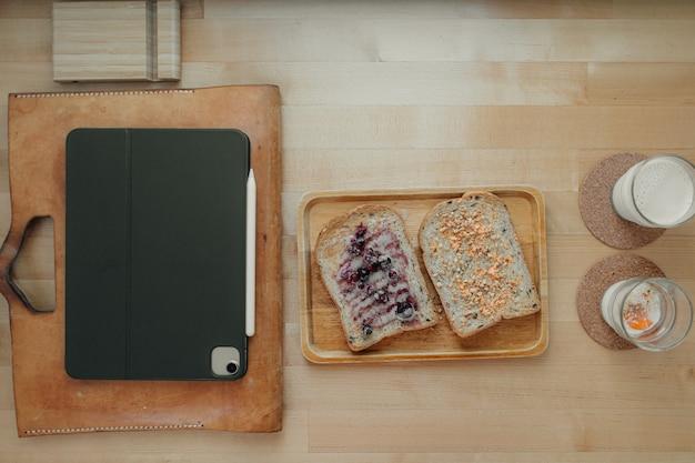 オフィスデスクの休憩時間の食事サンドイッチ